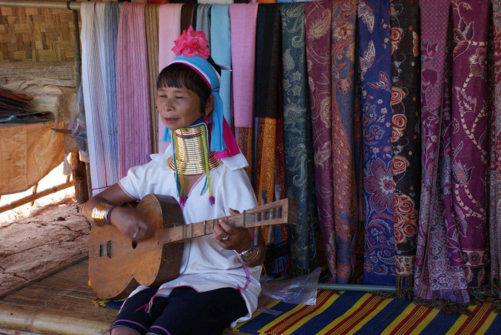 Femme girafe jouant de la guitare